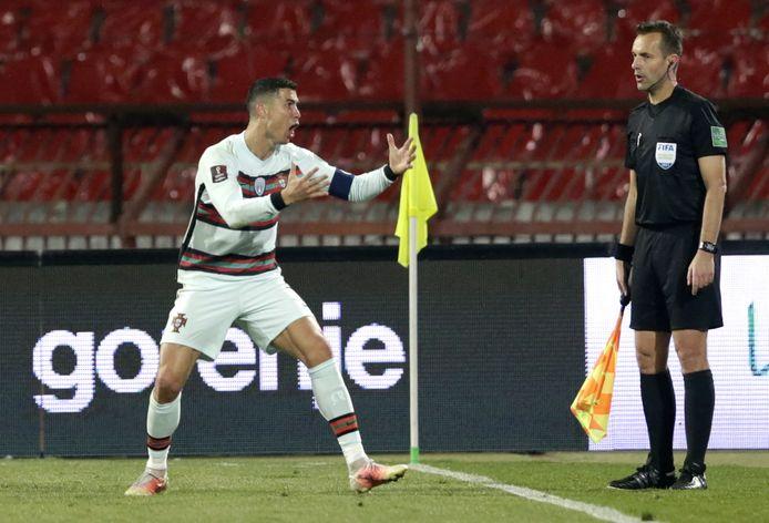 Cristiano Ronaldo en colère après un but refusé injustement en fin de match face à la Serbie.