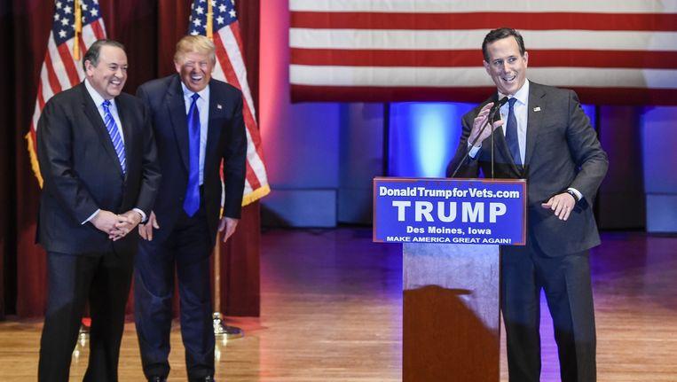 Rick Santorum (rechts) op een Republikeinse bijeenkomst eerder dit jaar, met Mike Huckabee (links) en Donald Trump. Beeld epa
