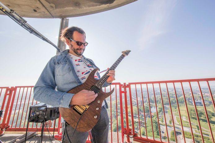 Gitarist Luc Oggel speelde vorig jaar het Wilhelmus vanaf de tv-toren in Goes.