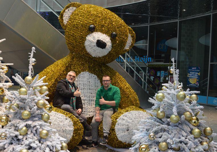 Peter Gevers, Kenneth van der Veer en de onbekende passant repareerden de beer.