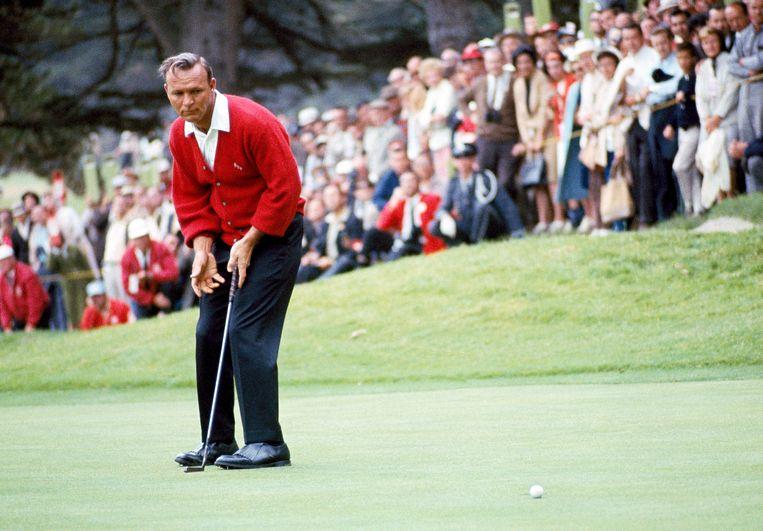 ► Robert Palmer put een bal op de Olympic Country Club in San Francisco, in 1966. De Amerikaan won zeven major-toernooien en was de eerste golfer die meer dan 1 miljoen dollar bij elkaar sloeg. Beeld AP