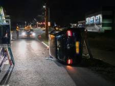Automobilist rijdt lantaarnpaal uit de grond