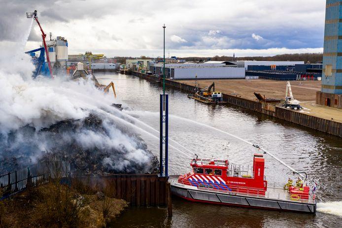 Blusboot actief bij bestrijden zeer grote brand A.V.I in Den Bosch.