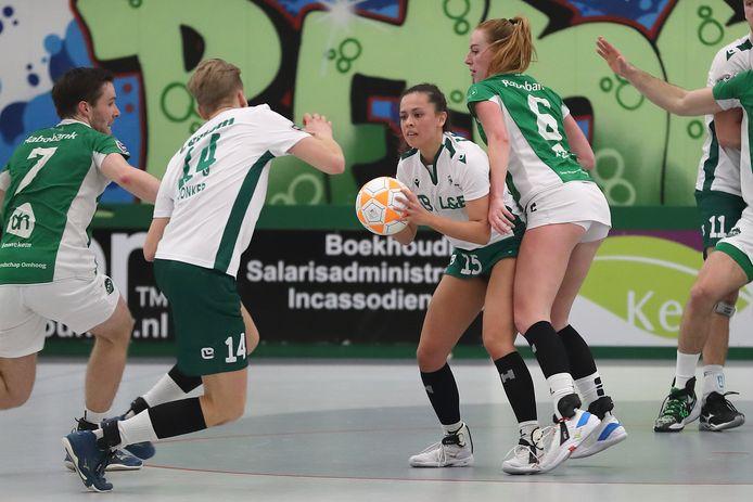 Sanne van der Werff staat op het punt om tegen DVO PKC-teamgenoot en vriend Jelmer Jonker (14) aan te spelen.