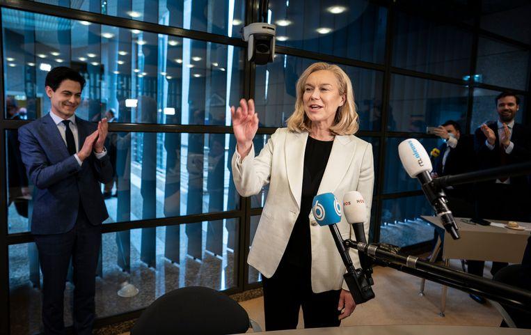 Sigrid Kaag wordt donderdag met gejuich ontvangen in de fractievergadering van D66. Haar partij stijgt van 19 naar 23 zetels. Beeld Freek van den Bergh / de Volkskrant