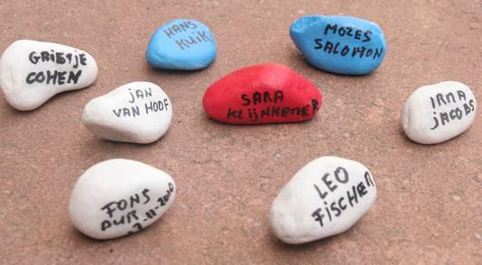 Steentjes met namen worden in Doetinchem opgehaald en bij het herdenkingsmonument geplaatst.