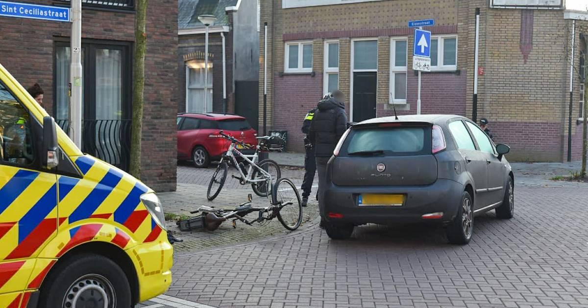 Fietsster gewond door botsing met auto in Tilburg.