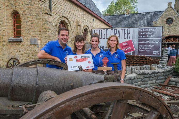 Ilona en Laura Vandenbulcke samen met hun werkgevers Niek en Ilse.