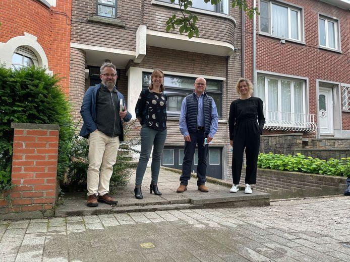 Vlnr.: Professor Jurgen Pieters, schepen Isabelle Heyndrickx en professoren Christophe Wybraeke en Sofie Decock stelden de steen samen voor.