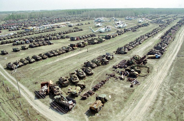Op deze luchtfoto uit 2003 het voertuigenkerkhof nabij Tsjernobyl. Beeld anp
