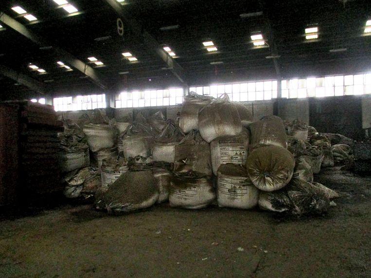 Zakken vol met ammoniumnitraat lagen in de hangars te lekken. Beeld NYT