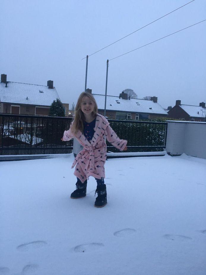 Pleun (7) is dolblij met de laag sneeuw in Helvoirt.