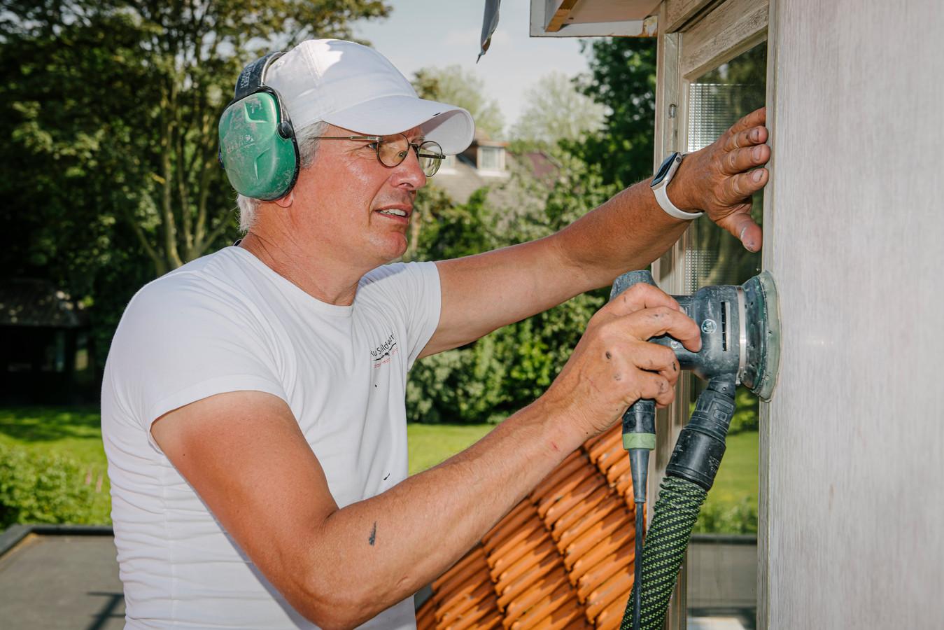 AMERONGEN - Portret van huisschilder Ruud de Wijs aan het werk bij een klant in Amerongen - machinaal schuren van grotere vlakken met stof-afzuigslag.