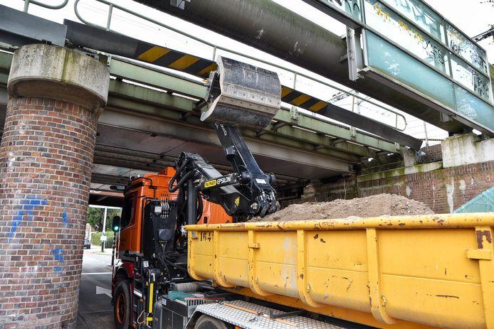 Vrachtwagen vast onder viaduct op RIngbaan-oost  in Tilburg