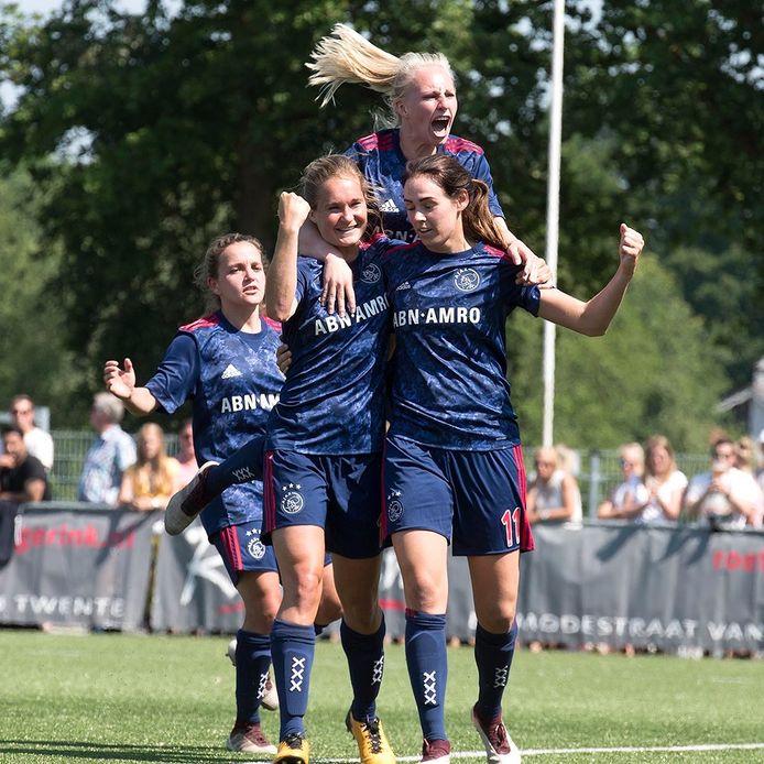 Vreugde bij de speelsters van Ajax na de 1-2 van Desiree van Lunteren.