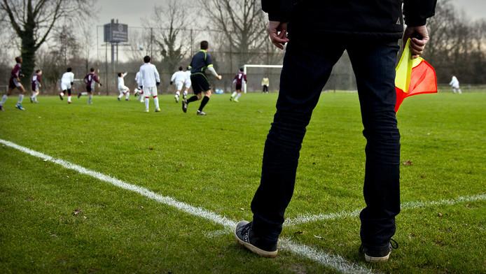 Een grensrechter bij een wedstrijd van voetbalclub Nieuw Sloten