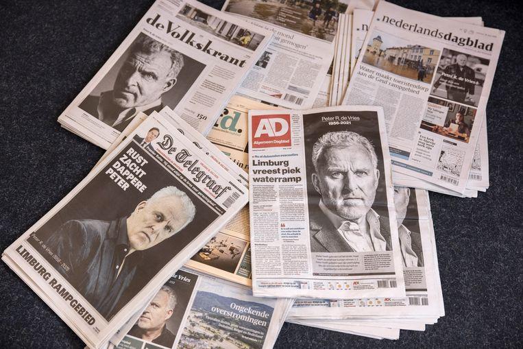 De voorpagina's van een aantal Nederlandse dagbladen, een dag na het overlijden van Peter R. de Vries.  Beeld ANP