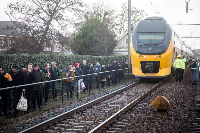Honderden reizigers zaten vandaag uren vast in de trein tussen Haarlem en Heemstede.
