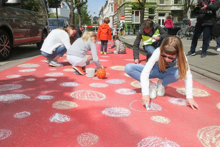 De kinderen aan de slag met krijt op de Muinkkaai.