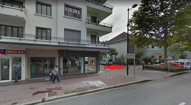 La jeune femme a perdu le contrôle de son scooter et s'est encastrée dans la vitrine d'un magasin d'Annecy.