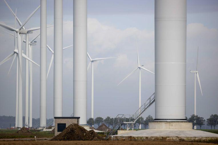 Windmolens op windpark Wieringermeer. Het windpark in de Noord-Hollandse Wieringermeer bestaat uit 82 windmolens en wekt voldoende elektriciteit op om 370.000 huishoudens van groene stroom te voorzien.  Beeld ANP