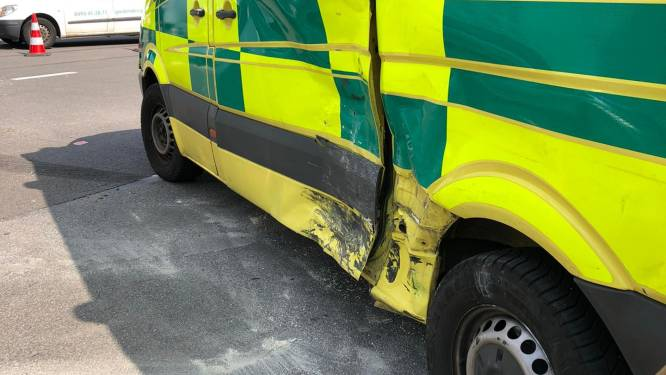 Bestelwagen rijdt in op ziekenwagen in Schaarbeek
