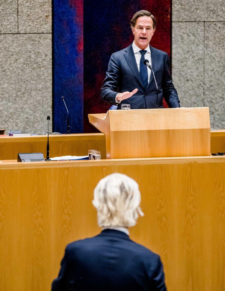 Demissionair premier Mark Rutte en Geert Wilders (PVV) tijdens het debat over de avondklok.  Beeld ANP