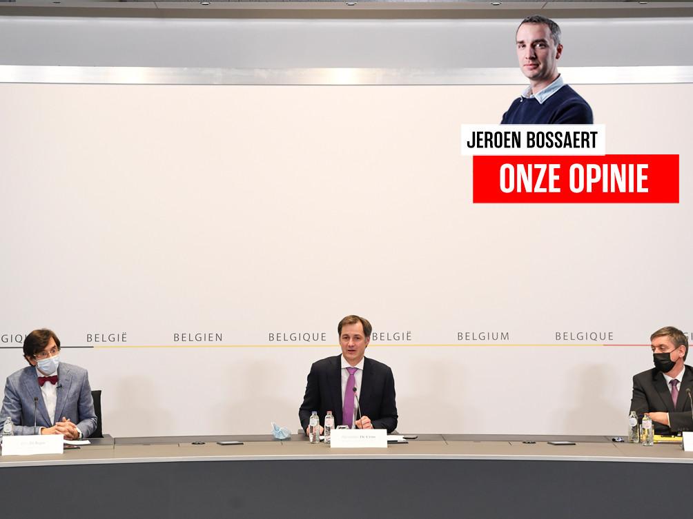 Premier Alexander De Croo (Open Vld, midden), tussen de Waalse minister-president Elio Di Rupo (PS, links) en Jan Jambon (N-VA, rechts).