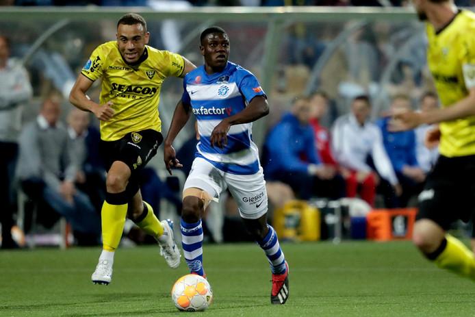 De Graafschap-middenvelder Azor Matusiwa schudt Jonathan Opoku van zich af tijdens het verloren duel bij VVV-Venlo.