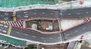 De woning en de snelweg van bovenaf gezien