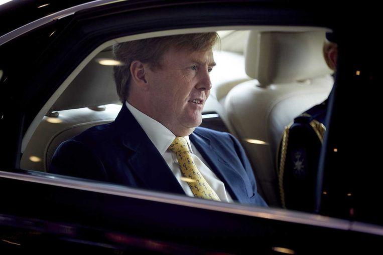 Koning Willem-Alexander vertrekt na afloop van de presentatie van de Bijbel in Gewone Taal in het World Forum. Beeld anp