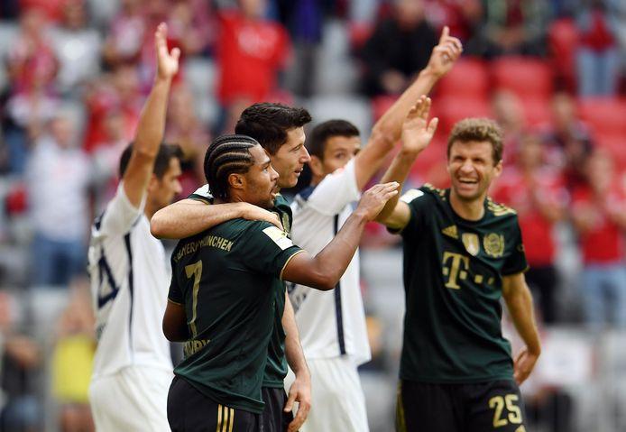 Spelers van Bayern München vieren een treffer tegen VfL Bochum.