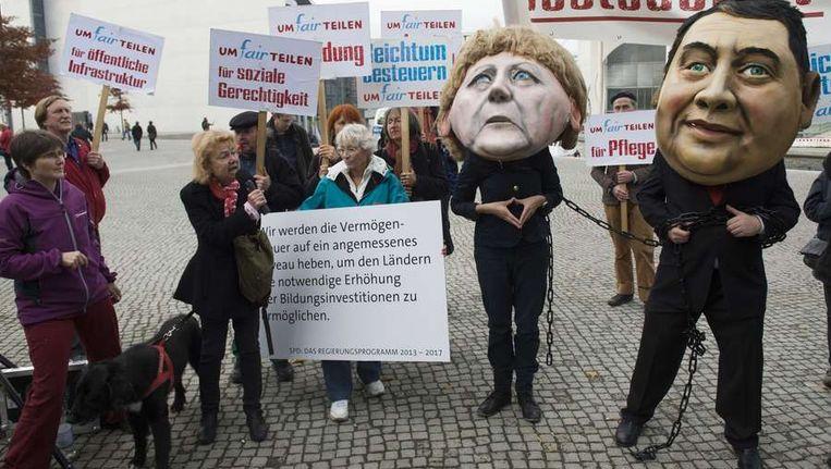 Demonstranten in Berlijn betogen tegen de sociale ongelijkheid tijdens de tweede ronde van coalitiegesprekken. Beeld afp