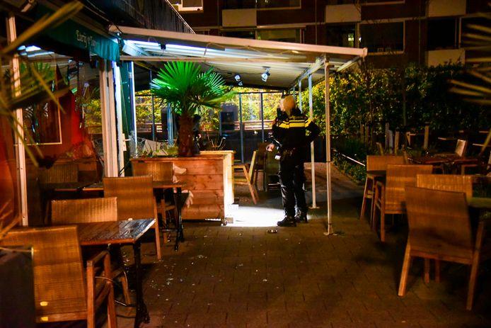 Politieonderzoek bij café 't Haantje, vorige week, kort nadat een explosief flinke schade aanrichtte.