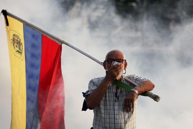 Een aanhanger van Guiado met een Venezolaanse vlag in Caracas. Beeld AP