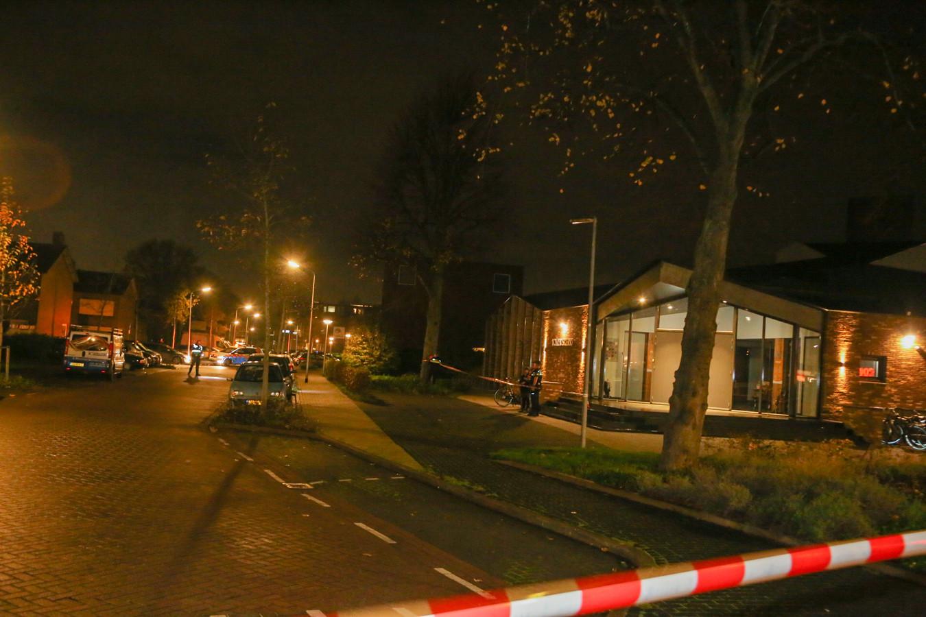 De Maasstraat in Alblasserdam is afgezet na de melding van een schietpartij.