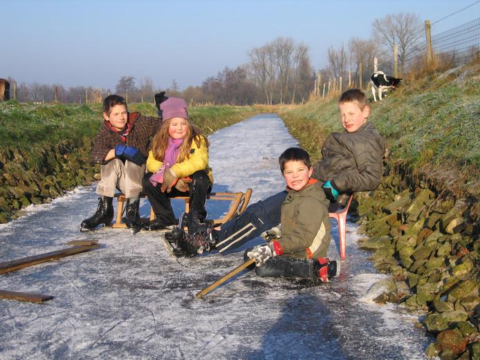IJspret op een Hollandse sloot. Wietse, Ward, Britney en Dylan rusten even uit na een potje schaatsen, sleeën en ijshockeyen.