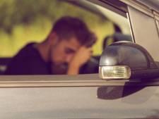 Betrapte autodief doet of hij slaapt om aan politie te ontkomen in Budel