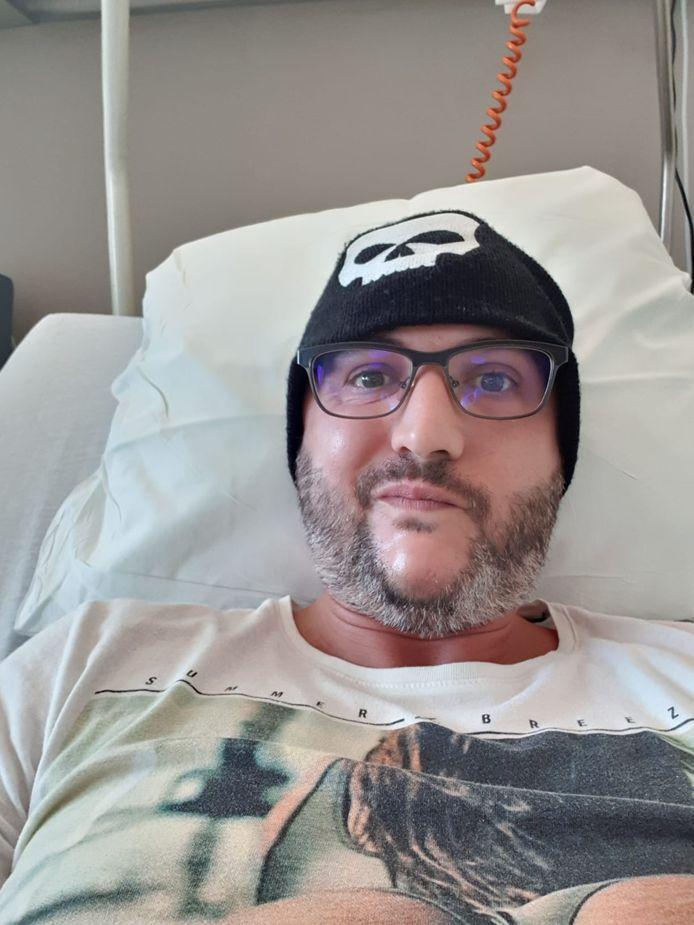 Benny tijdens het revalideren in het ziekenhuis.