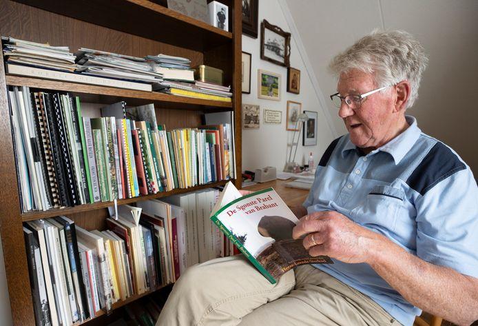 Boekenverzamelaar Leo Lingers heeft een geschatte 250 boeken over Heeze verzameld.