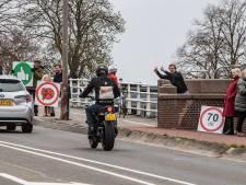 Bewoners Deventer Bergkwartier delen ondanks de kou duimpjes uit aan motorrijders: 'Ze doen het goed!'