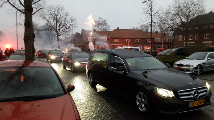 Op indrukwekkende wijze is woensdagochtend met ballonnen, fakkels en vuurwerk afscheid genomen van Tygo ten Dam (19) in de Nijmeegse wijk Willemskwartier. Tygo overleed op nieuwjaarsdag aan de gevolgen van een stofwisselingsziekte.