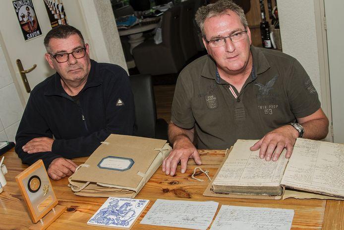 'Hoofdman' Arie de Lint en secretaris Kees Timmers. Op tafel de originele verkoopakten van de keten.