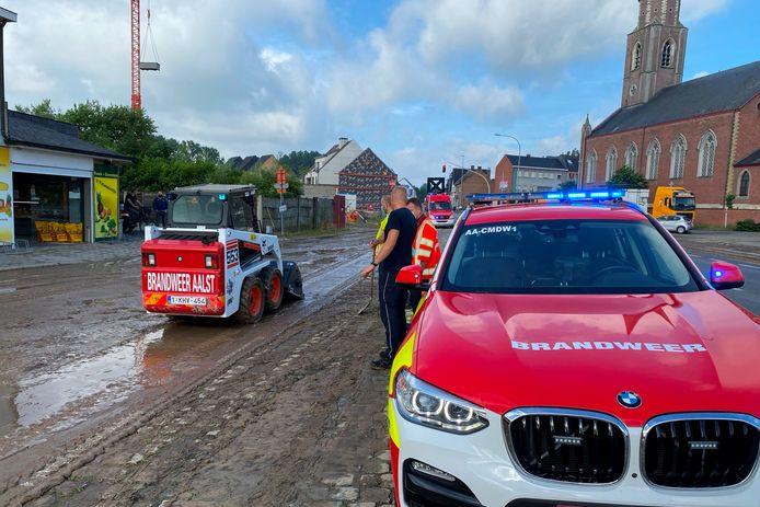 In Burst aan de kerk moest de brandweer een Bobcat inzetten om de modder van de Oudenaardsesteenweg te halen.