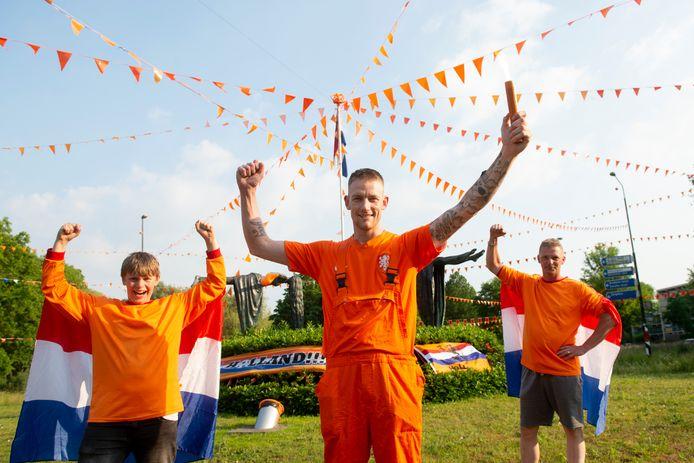 Joey Pannekoek met Harald (r) en zoon Jayden Brander bij de Oranjerotonde in de Apeldoornse wijk de Maten.