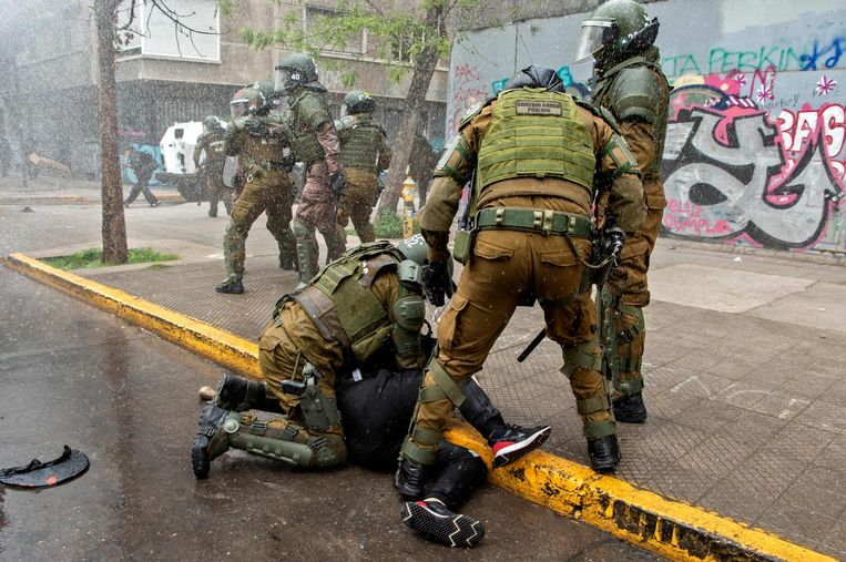 Chileense veiligheidstroepen arresteren een Mapuche in de hoofdstad Santiago, afgelopen weekend. Beeld AFP