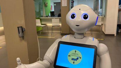 Sociale robot Pepper van UZ Brussel wijst bezoekers op coronaregels