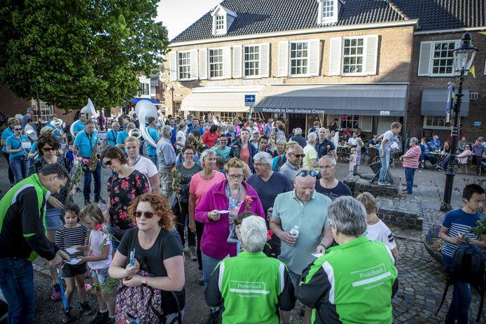 Beeld van de feestelijke slotavond van de Avondvierdaagse in Ootmarsum in 2019.