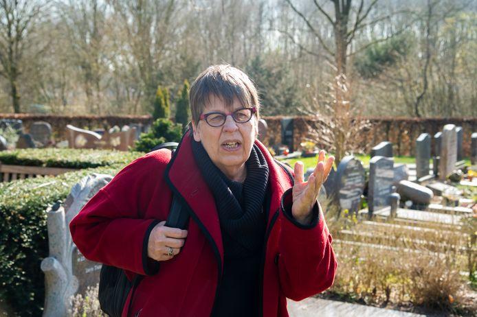 Cultuurhistoricus Korrie Korevaart op de begraafplaats in Zeewolde. ,,Het is voor veel mensen een plek van de eigen geschiedenis.''