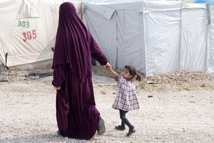 Vrouw met kind in een gevangenkamp van de Koerden in Syrië, waar ook Belgische IS'ers worden vastgehouden